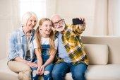 Mädchen mit Großeltern macht Selfie