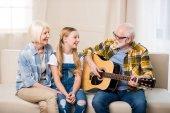 glückliche Familie mit Gitarre