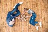 dědeček a vnučka hraje šachy