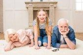 Fotografie Glückliches Mädchen mit Großeltern