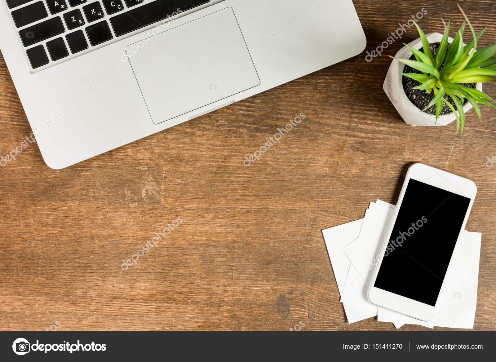 ordinateur portable et le smartphone au lieu de travail photographie igortishenko 151411270. Black Bedroom Furniture Sets. Home Design Ideas