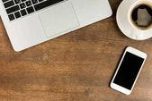 Notebook a smartphone na pracovišti