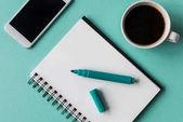notebook s šálkem kávy a smartphone