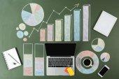 Laptop és üzleti diagramok
