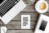 Fotografie motivierenden Zitat am modernen Arbeitsplatz