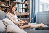 Photo Woman typing on laptop