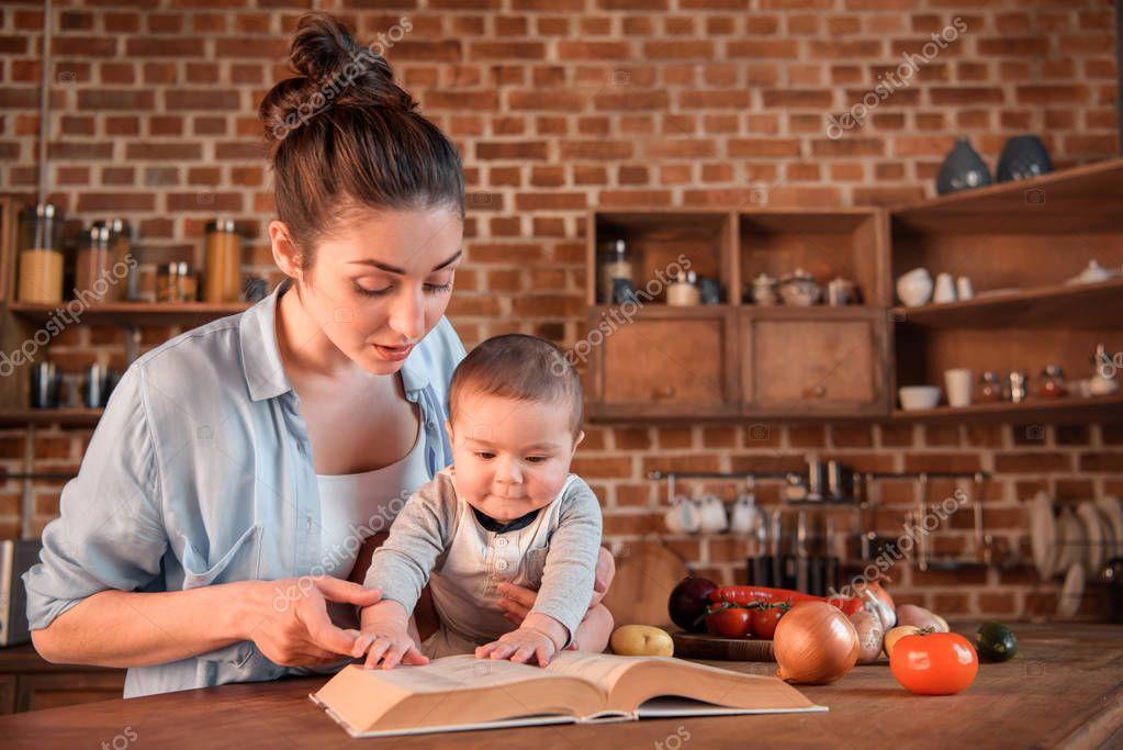Русская мама и сын целуются на кухне