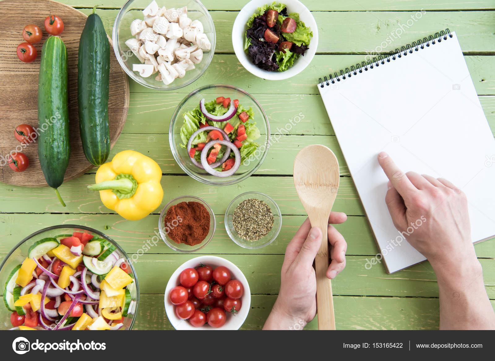 personne avec livre de recettes de cuisine photographie igortishenko 153165422. Black Bedroom Furniture Sets. Home Design Ideas