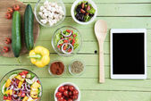 Friss nyers zöldségeket és a digitális tábla