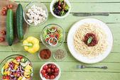 špagety a čerstvá zelenina