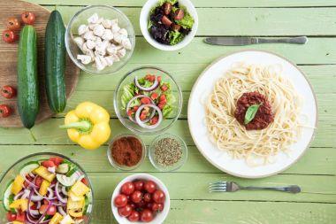 Spaghetti and fresh vegetables