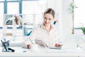 Geschäftsfrau arbeitet im Büro am Laptop