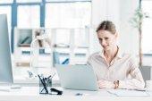 Podnikatelka pracující na notebooku v kanceláři
