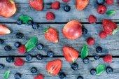 Fotografie frische Beeren auf hölzernen Tischplatte