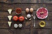 Fotografie ingredience pro přípravu pizzy na dřevěnou desku