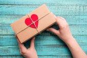 dárková krabička s červeným srdcem
