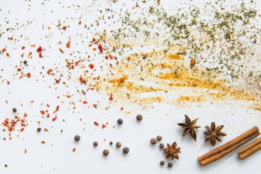 Scattered aromatic spices