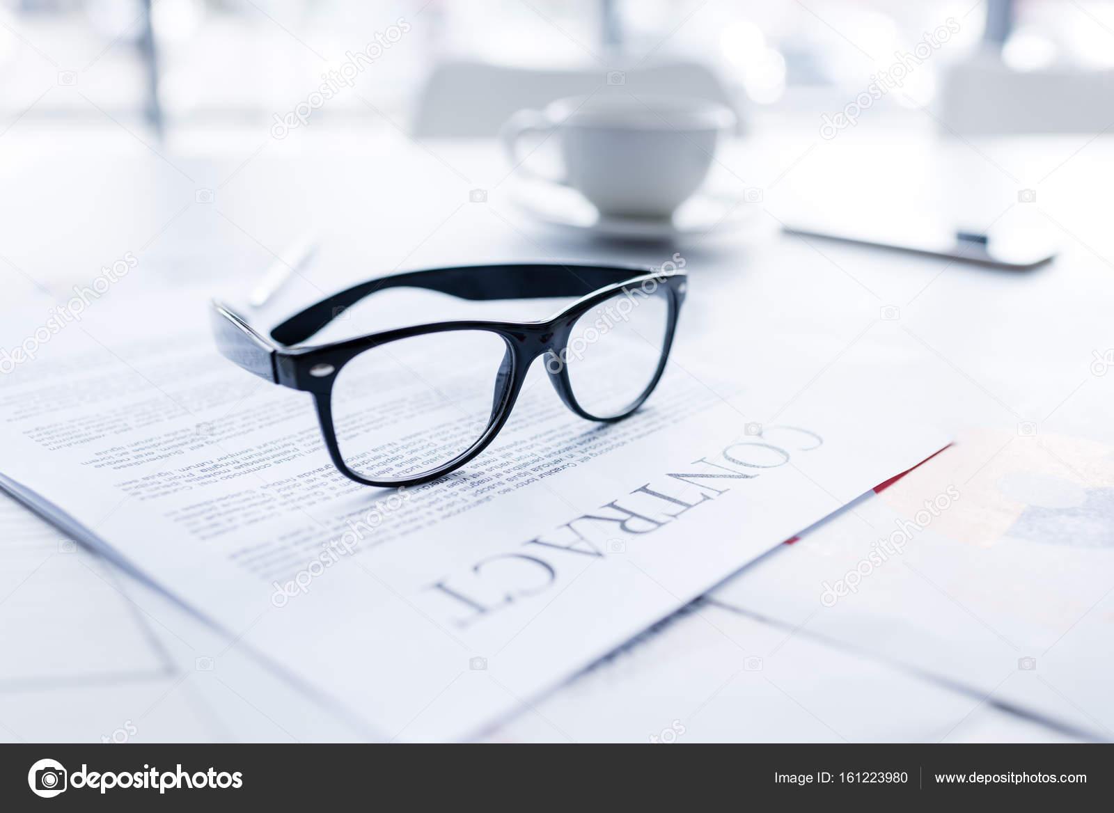 Brillen und Business-Vertrag — Stockfoto © IgorTishenko #161223980