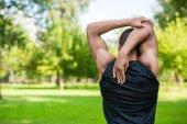 afro-amerikai sportoló, nyújtás a park