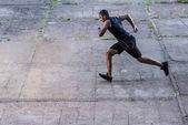 Fotografie africké americké sportovce běžící na ulici