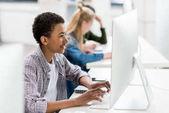 afro-amerikai tinédzser számítógépen dolgozik