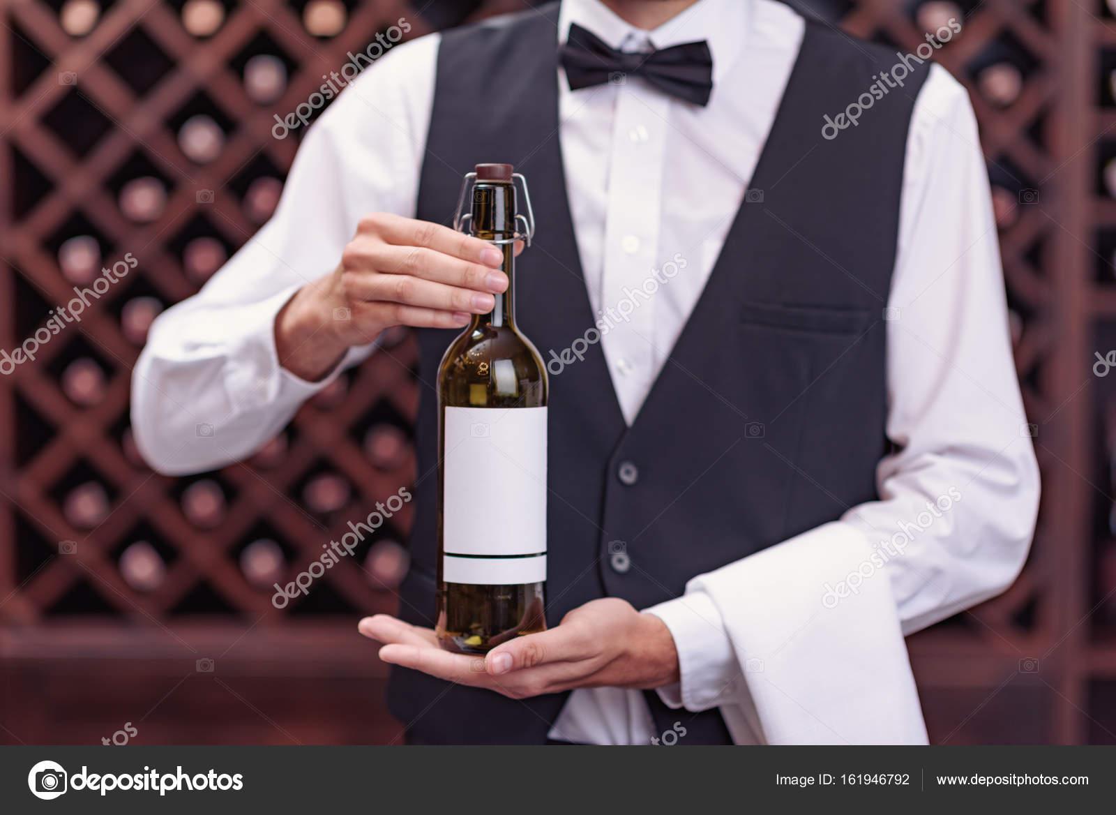 Sommelier mit Flasche Wein — Stockfoto © IgorTishenko #161946792