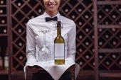 sommelier vína ve sklepě