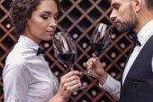 Fotografie Sommeliéři, ochutnávka vína ve sklepě