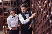 Photo sommeliers choosing wine in cellar