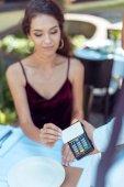 Fotografie woman using contactless credit card