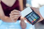 žena bezkontaktní kreditní kartou