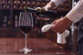 naléval červené víno Sommelier