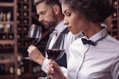 Sommeliéři, ochutnávka vína ve sklepě