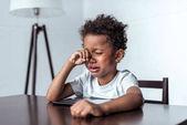 Fotografie jungen Weinen beim Sitzen mit tablet