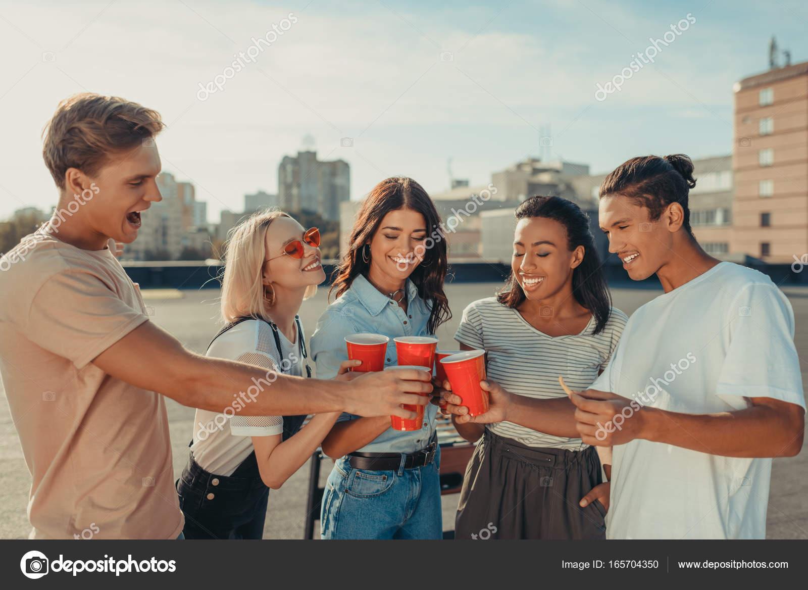 Kunststoff-Gläser klirren Freunde — Stockfoto © IgorTishenko #165704350