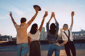 Fotografia gruppo di amici felici sul tetto