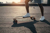 Muž, ježdění na skateboardu na střeše