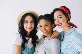 multikulturní ženy v retro oblečení
