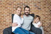 Veselá sourozenci a otcem
