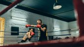 Photo boxers training on boxing ring
