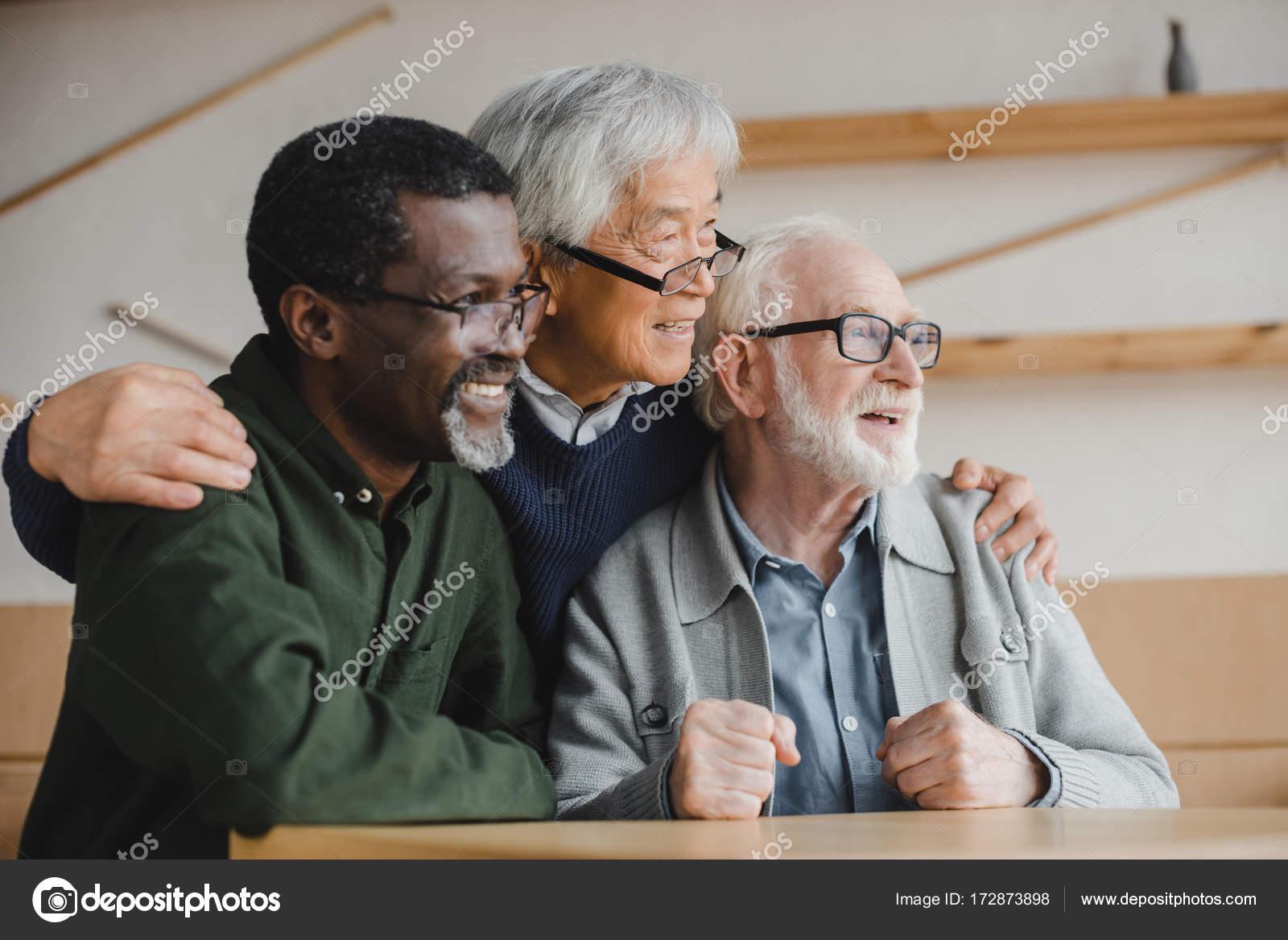 友人を探している高齢者