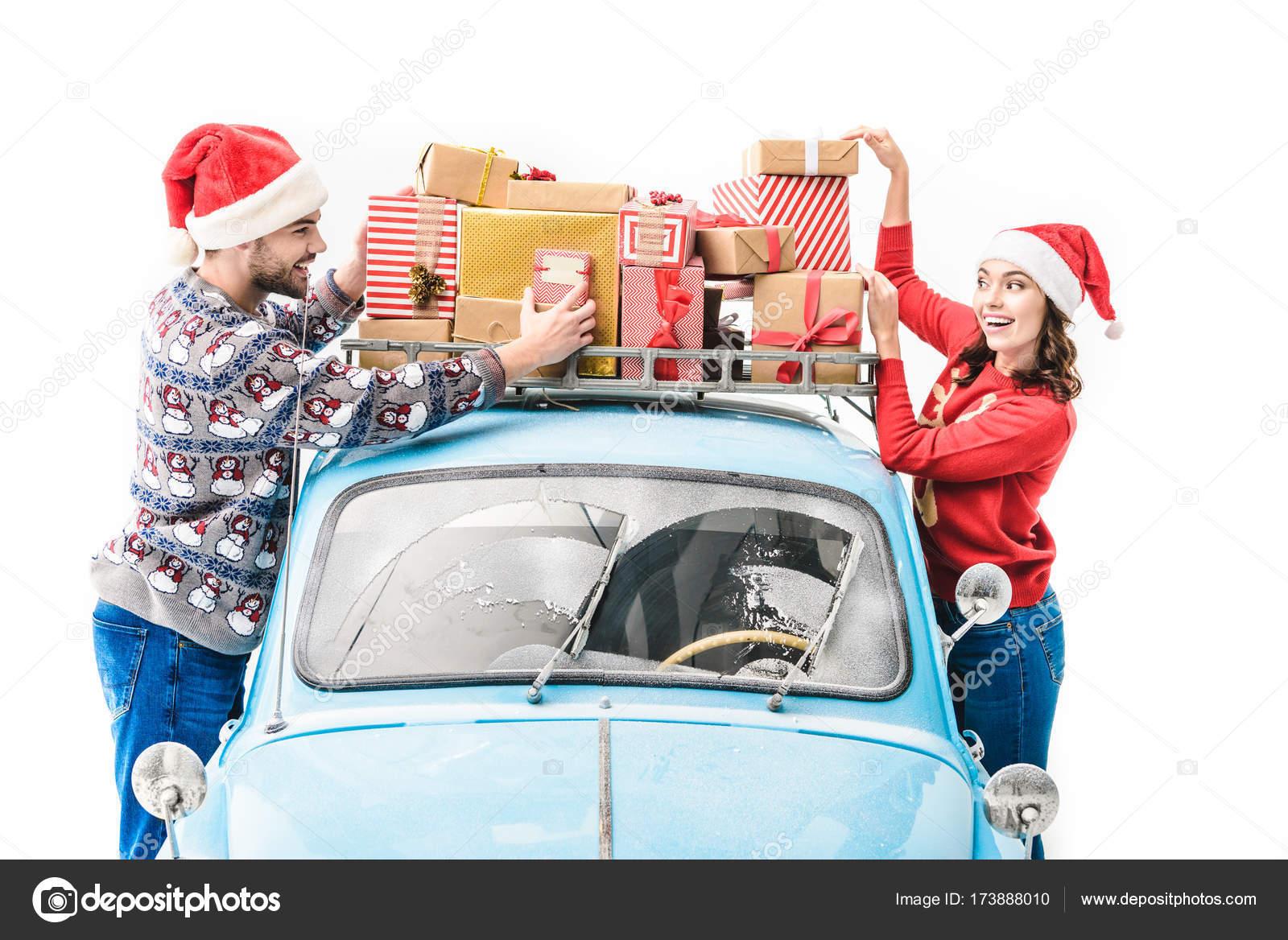 paar mit Weihnachtsgeschenke auf Autodach — Stockfoto © IgorTishenko ...