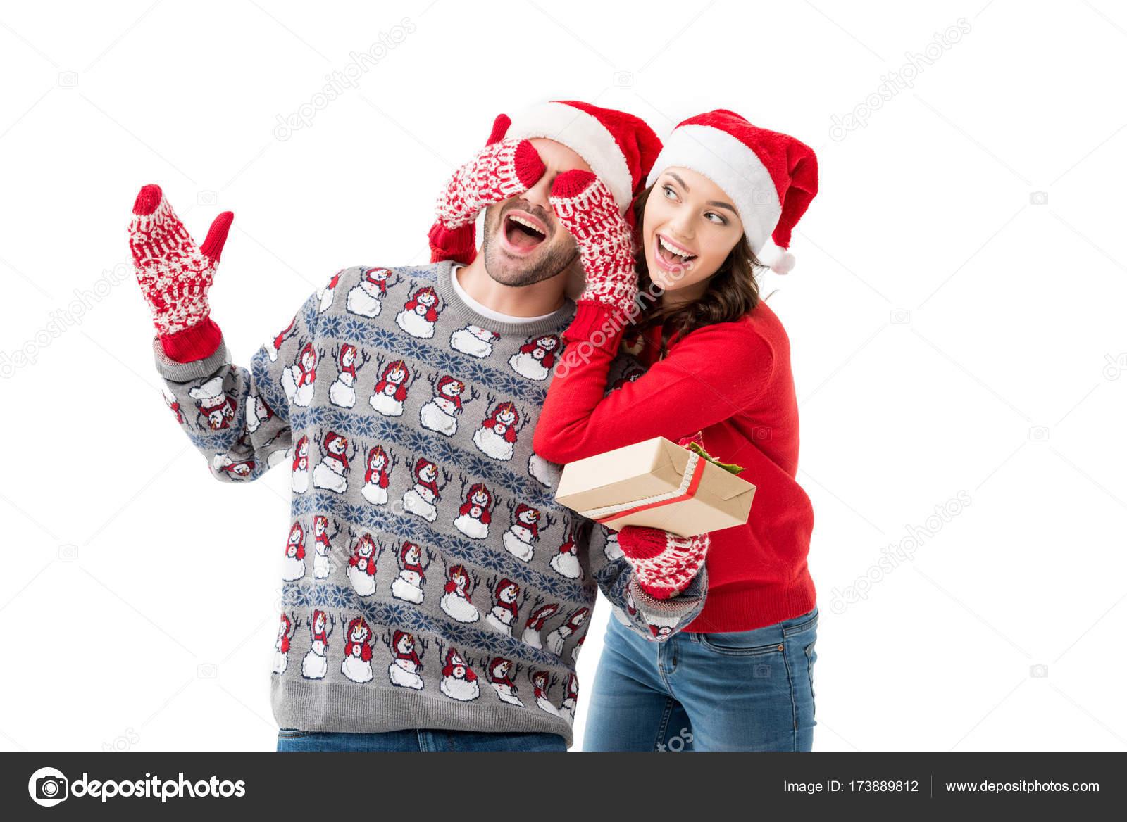Frau, die Augen zu verschließen, mit Weihnachtsgeschenk Mann ...