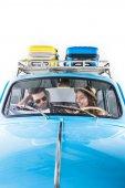 Cestovatelé řídí auto
