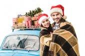 pár v plaid s auta a vánoční dárky