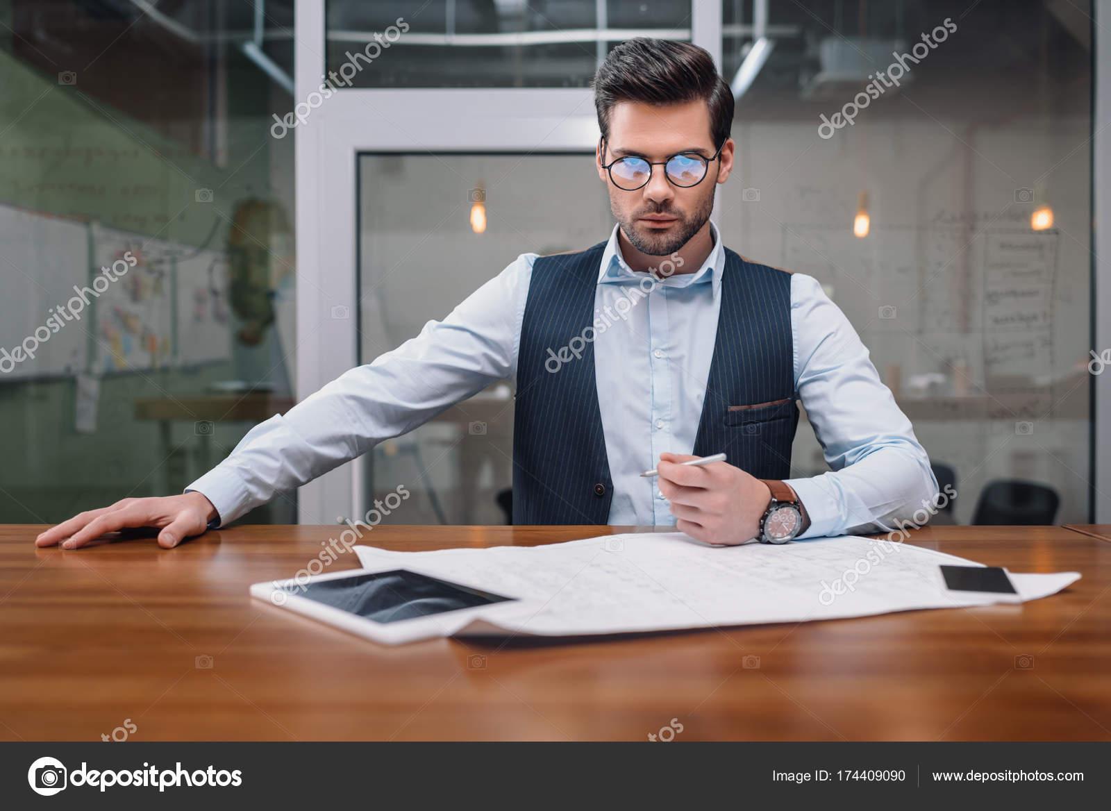 Adulte homme affaires lunettes vue collaboration avec plan gadgets