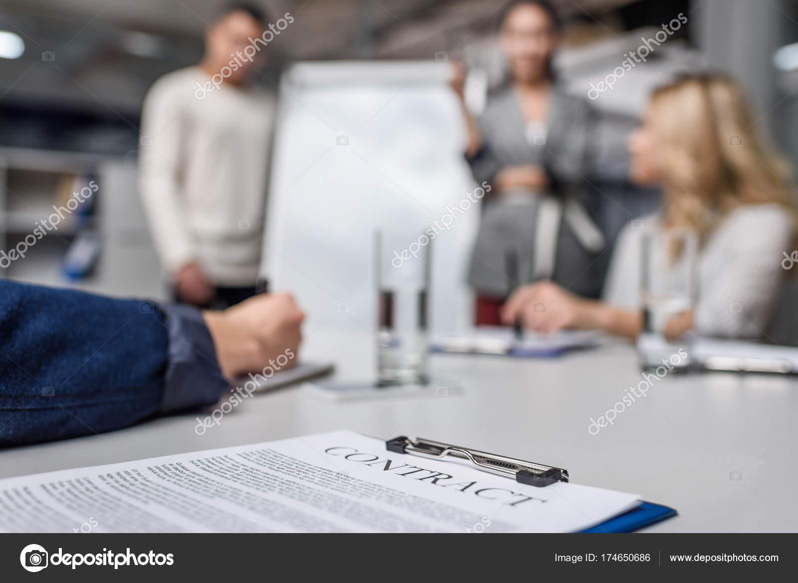 Business Vertrag Auf Tisch Mit Unscharfen Geschäftsleute Auf ...