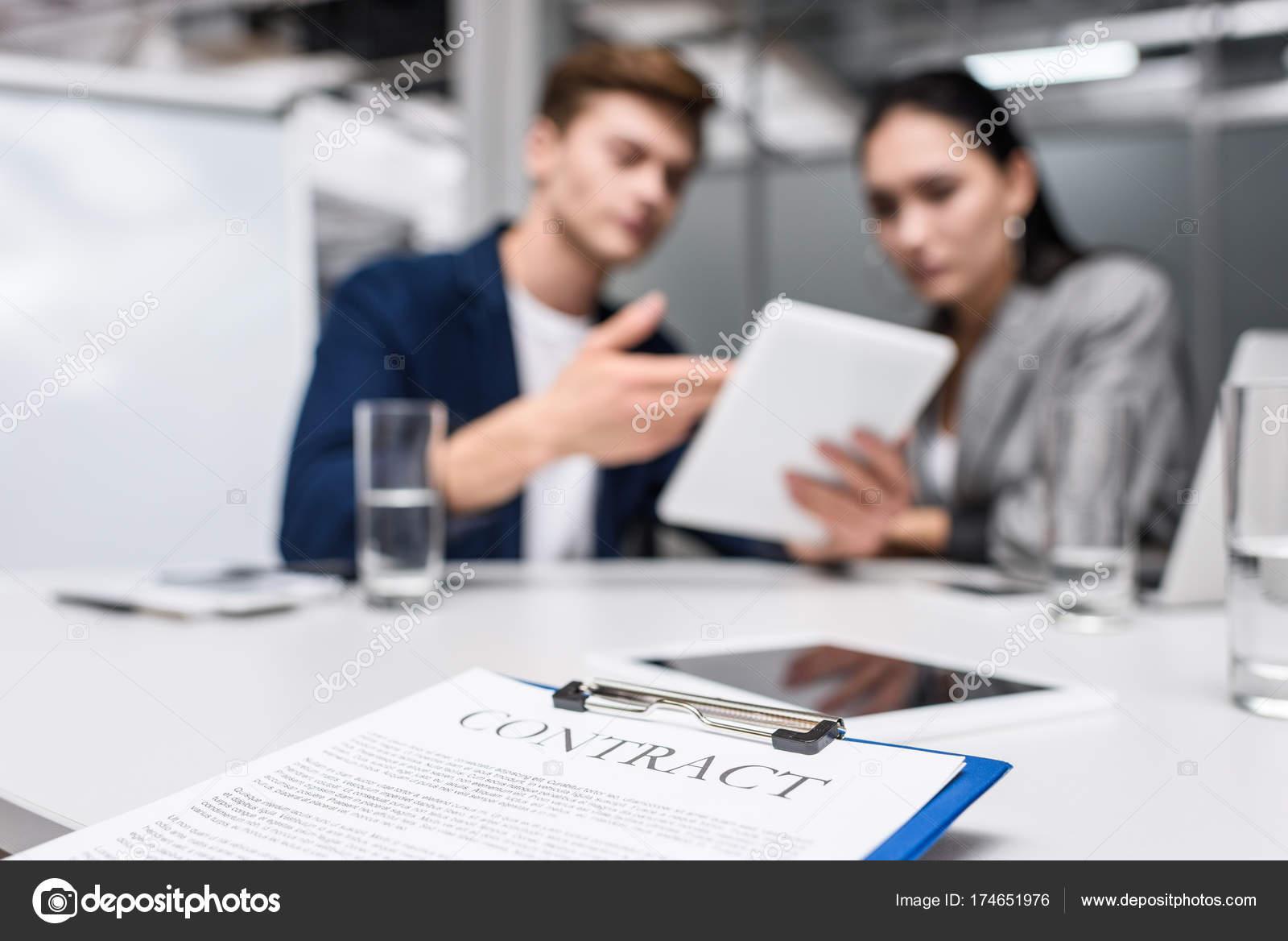 Business Vertrag Über Die Zwischenablage Büro Mit Blick Auf Tablet ...