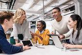 mladí šťastní manažeři pracují společně na kongresový sál v moderní kanceláři