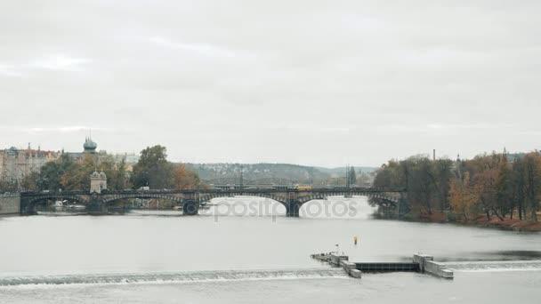 Praha, Česká republika panorama s historický Karlův most a Vltava řeka